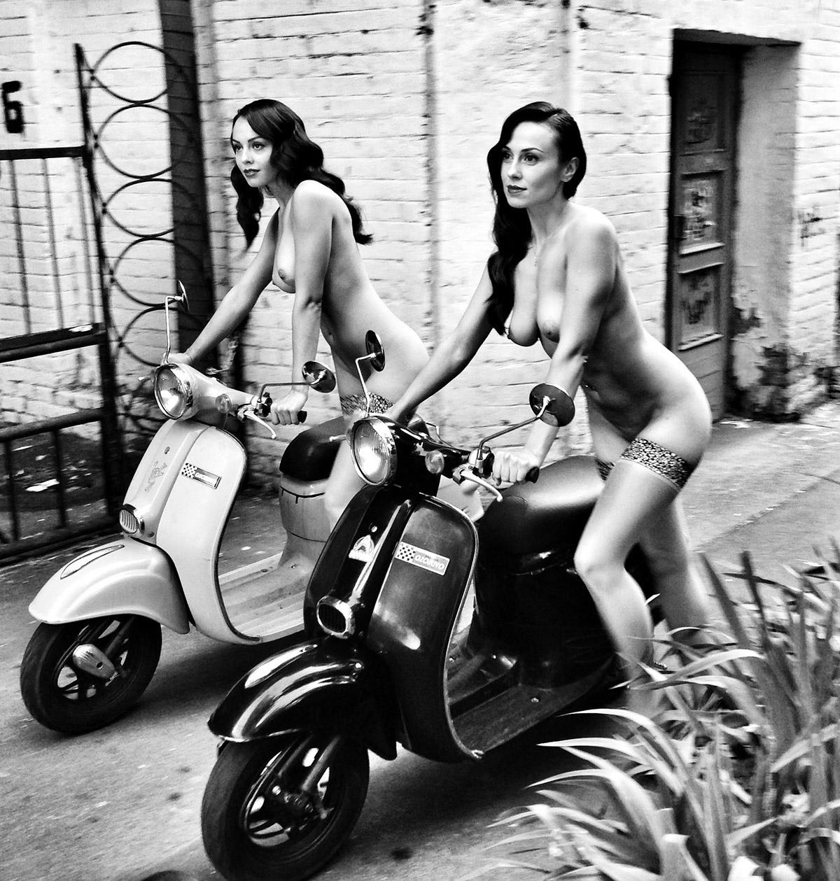 Две обнажённые девушки гуляют по осеннему Киеву 17