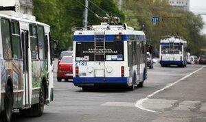 Троллейбусы застряли в Кишинёве в огромной канаве