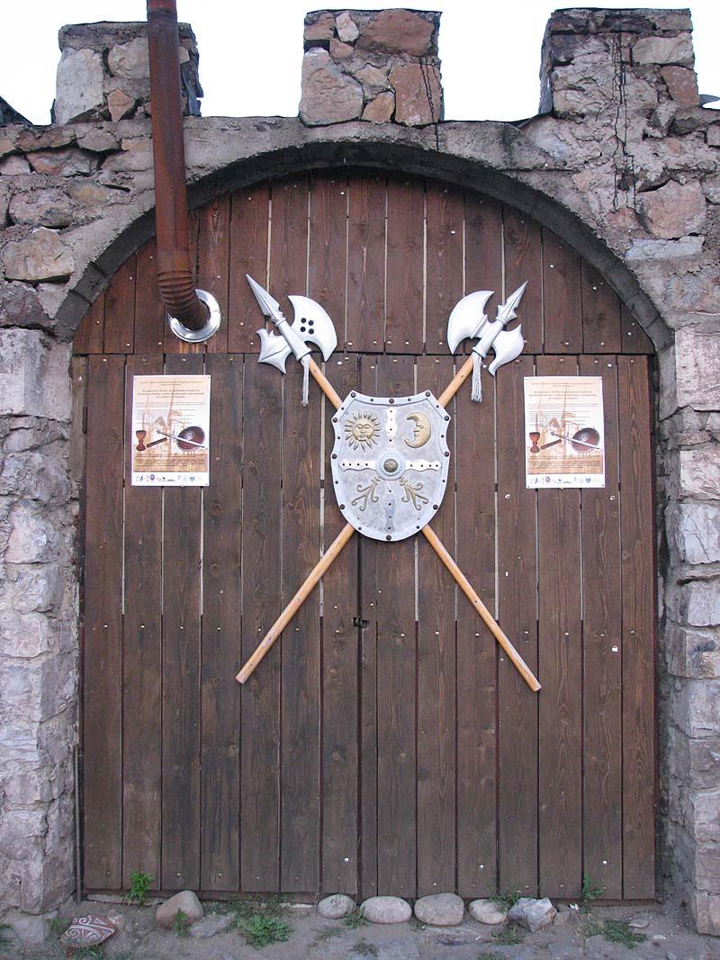 Corvinesti_Castle_2011_-_Tourist_Shop_Gate.jpg