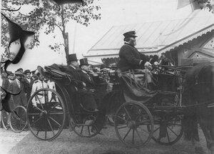 Французский президент Раймон Пуанкаре в коляске у царской резиденции на параде войск Красносельского гарнизона.