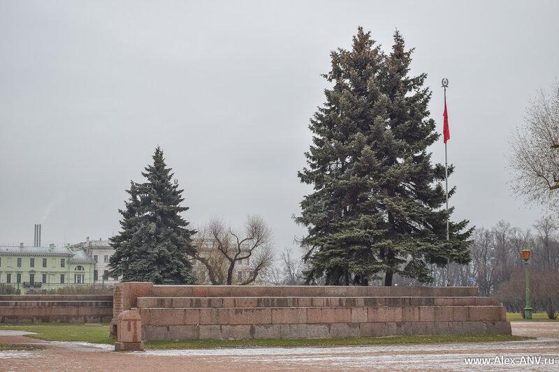 В центре Марсова поля мемориал героям революции.