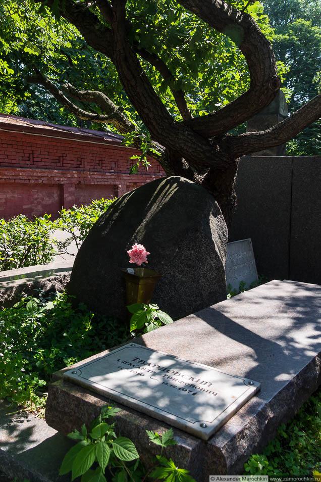 Надгробие на могиле Александра Твардовского на Новодевичьем кладбище