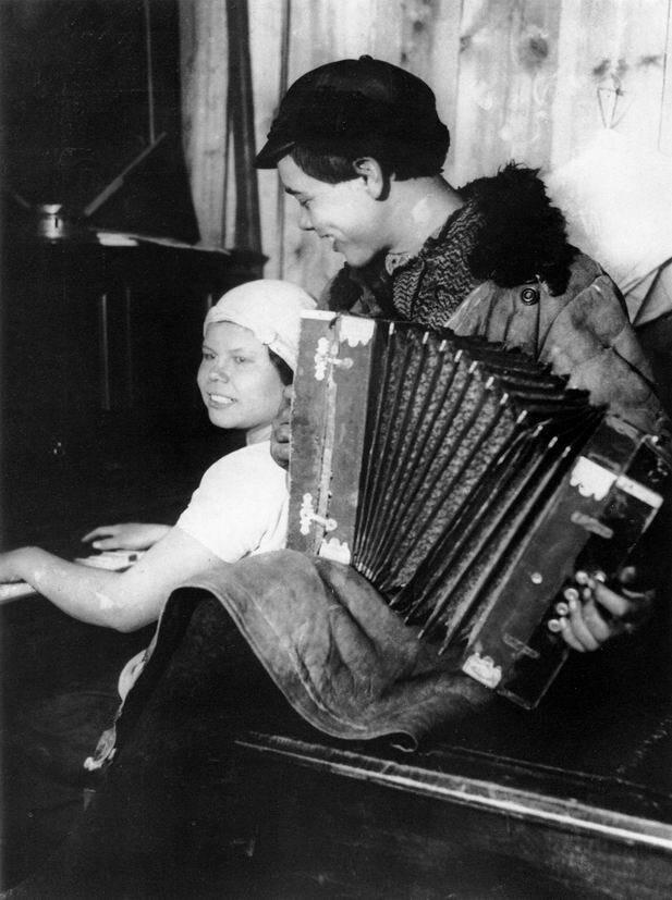 In the Red Corner, photo by Boris Ignatovich, 1928.jpg