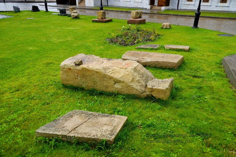 Надгробия на территории Спасо-Преображенского монастыря Казанского кремля