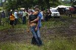 Изабель Каркамо, дочь убитого иммигранта Мигеля Каркамо, на похоронах отца. Мигель Каркамо был одним из 21 гондурасских нелегальных иммигрантов, пытавшихся попасть в США и убитых в Мексике наркомафией. 2 сентября, El Guante, Гондурас. Фото Edgard Garrido