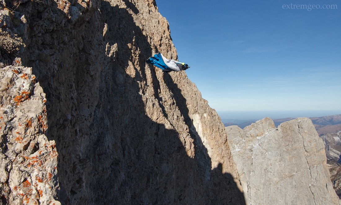 28. Отделяюсь от скалы, на 4-5 секунде чувствую непривычную болтанку, отдаю ноги и лечу прямиком к п
