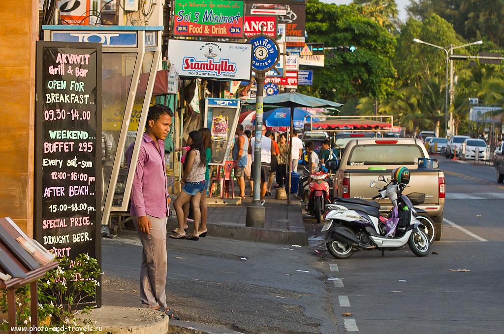 26. На перекрестке переулка Soi 3 (см. синий круг с цифрой 3) и улицы Jomtien Beach Road курорта Pattaya. Отчет о поездке на отдых в Таиланд. Телевик Никкор 70-300. 1/640 сек, 0 eV, приоритет диафрагмы, f/4.5, 70 мм, 400