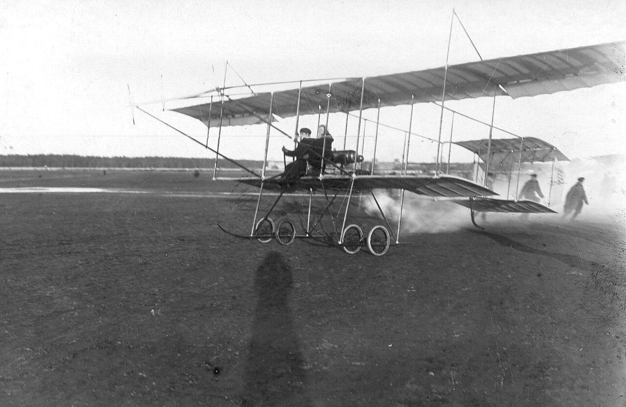 05. Момент отрыва биплана от земли за управлением - летчик М.Н.Ефимов с пассажиром