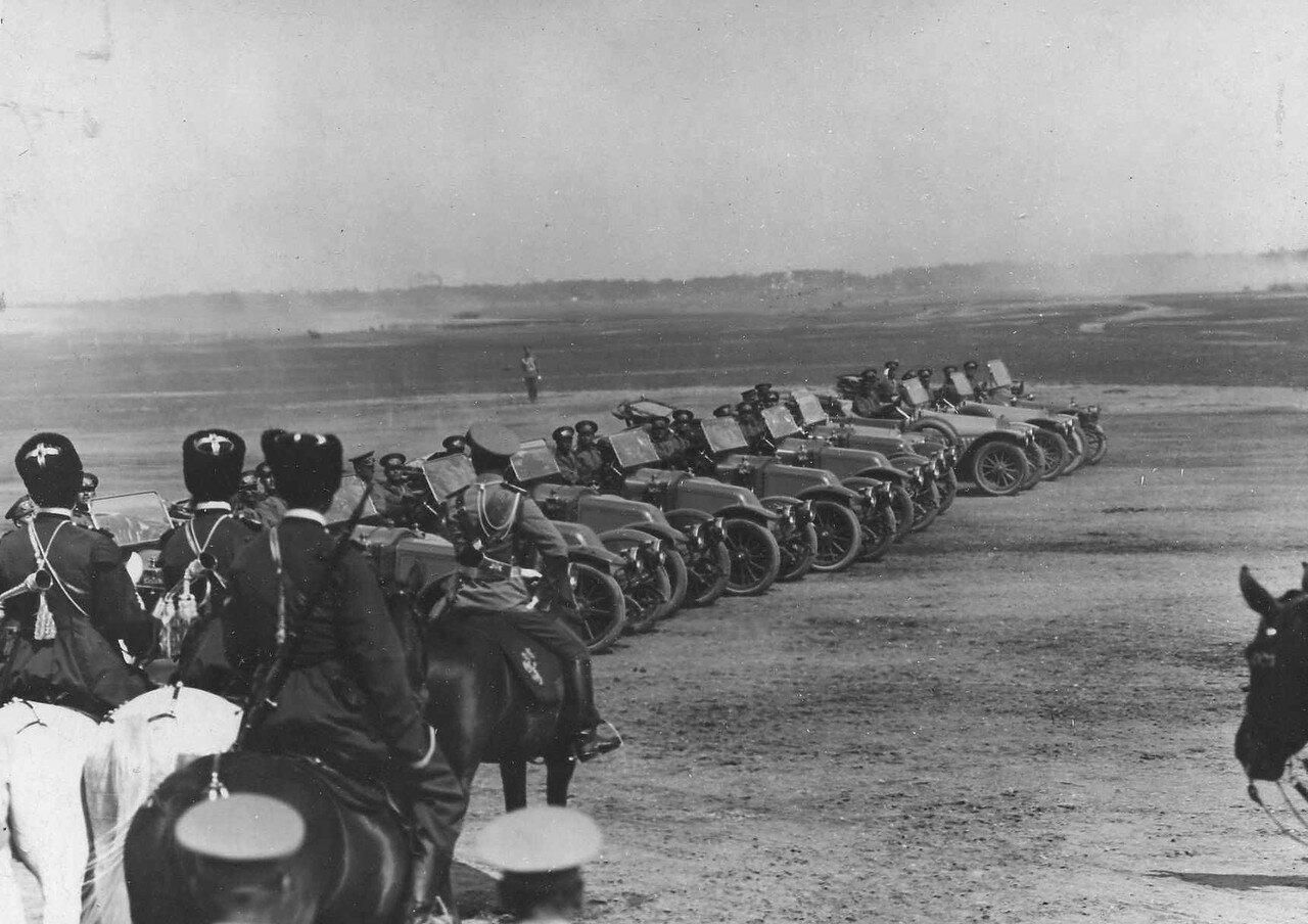 102. Автомобильные части 1 учебной автороты на параде войск проходят мимо императора Николая II и его свиты