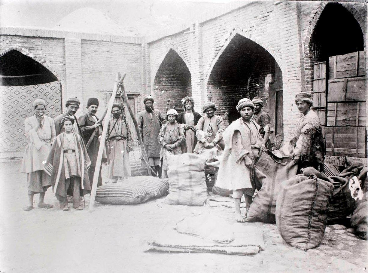 Группа мужчин в караван-сарае