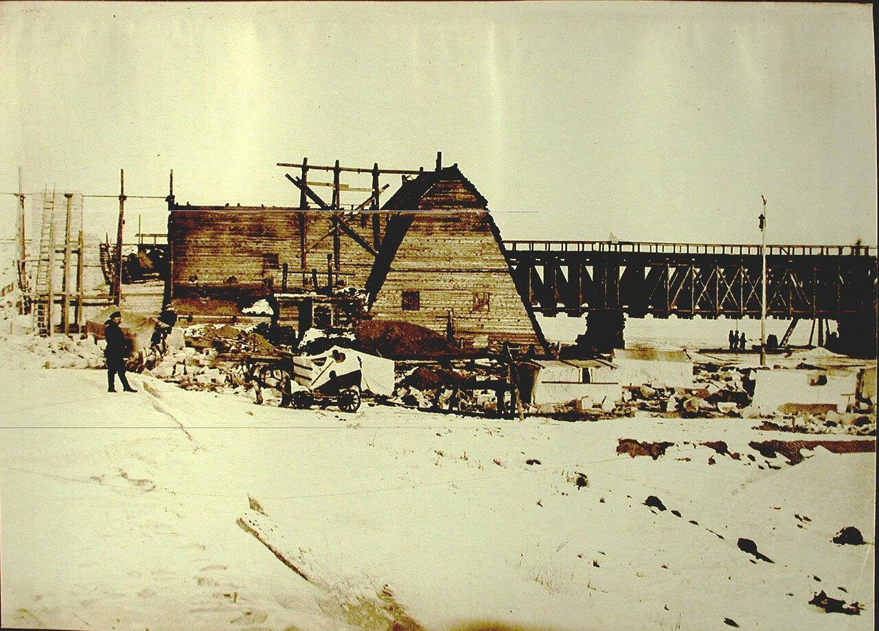 14. Рабочие отёсывают камни для опор строящегося моста через реку Томь. Амурская обл. 1911-1914