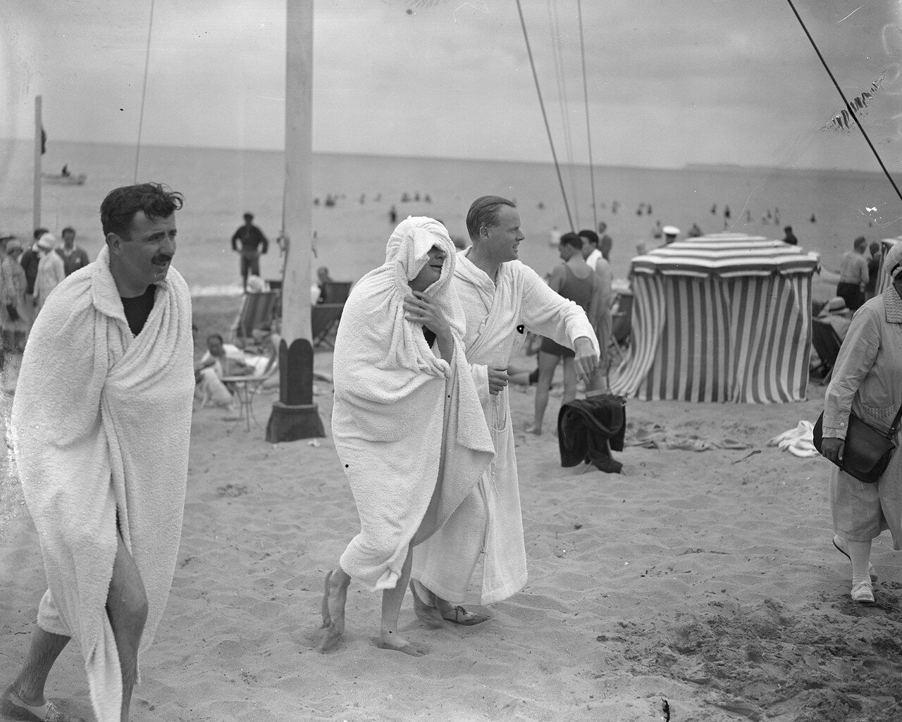 1927. Канцлер Казначейства Уинстон Черчилль, закутанный в полотенце после купания в море с герцогом Сазерлендским. Довиль, Франция