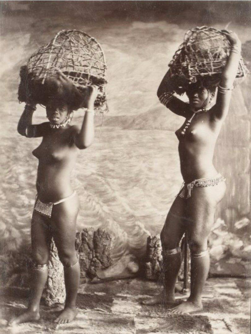 1880. Женщины с корзинами в студии, Южная Африка