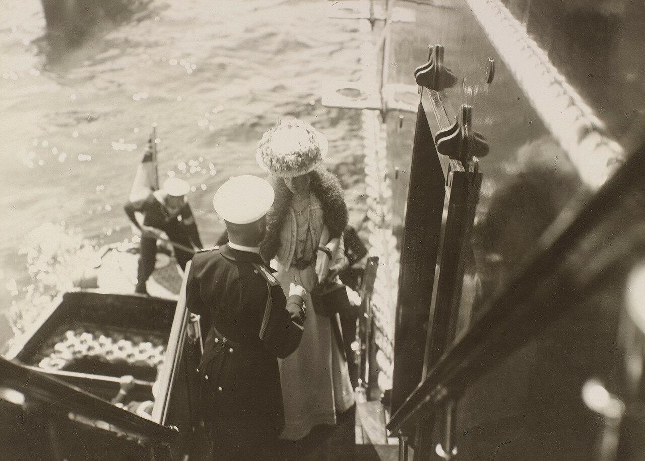 13. Николай II приветствует королеву Александру, поднимающуюся на борт Императорской яхты «Штандарт»