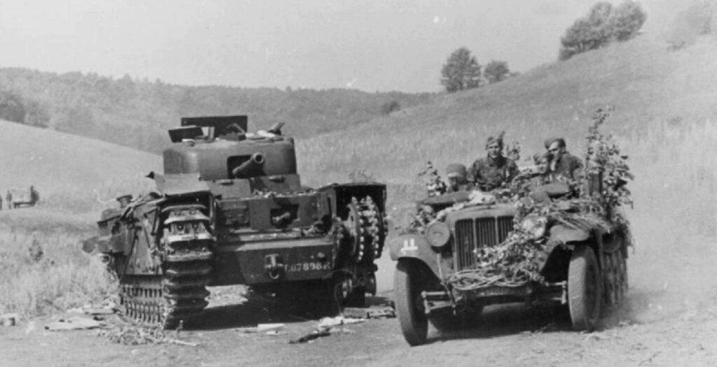 Тягач из 6-й тд вермахта проезжает мимо подбитого танк Churchill. Курская дуга.