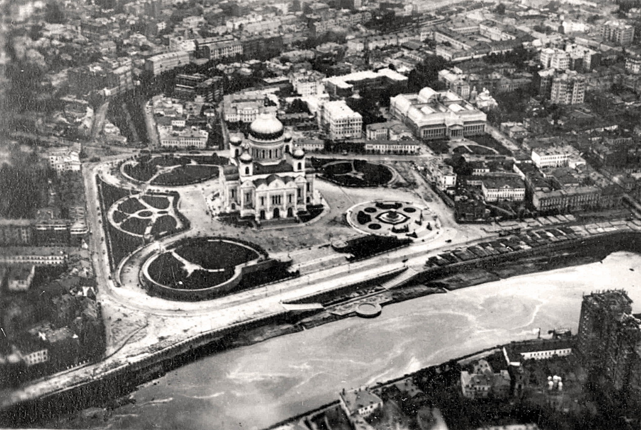 Aerial view of Moscow with the soon-to-be-demolished Cathedral of Christ the Saviour, 1930.jpg