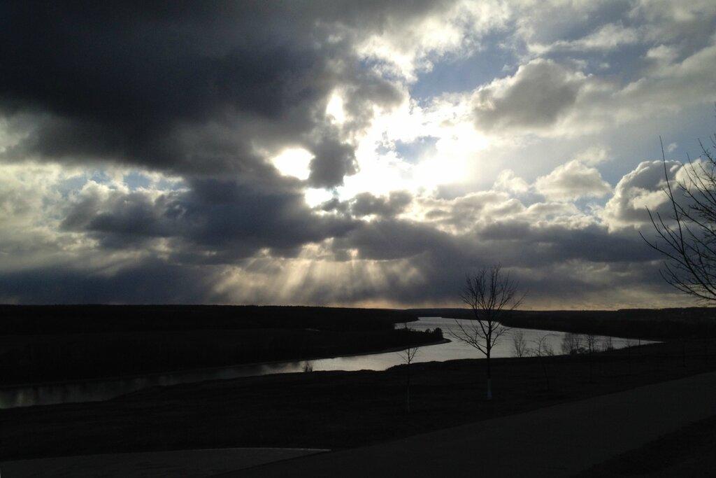 Обнимает небо горизонт лучами...