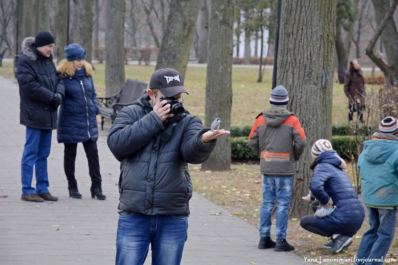 Люди в Гомельском парке