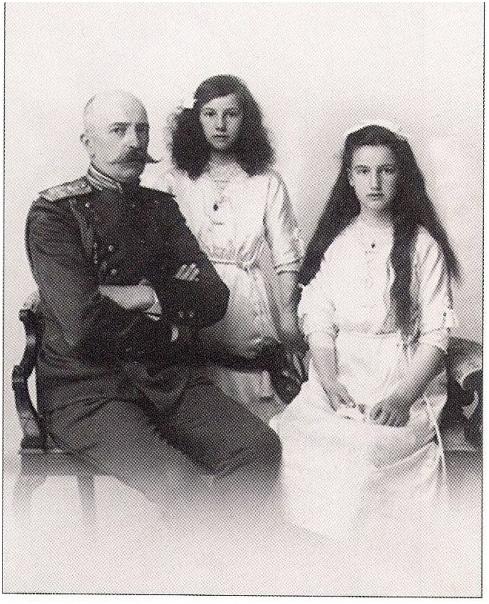 Князь Георгий Михайлович с дочерьми Ксенией (в центре) и Ниной