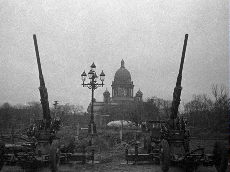 Батарея зенитных орудий на площади Декабристов (Сенатская пл.)