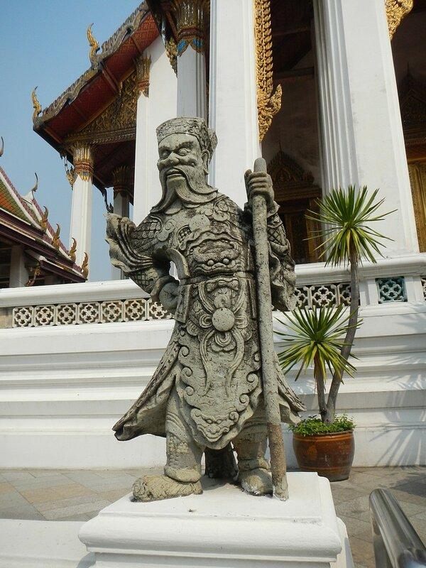 Скульптура китайского воина - Храм Ват Сутхат (Wat Suthat Thep Wararam) и гигантские качели в Бангкоке