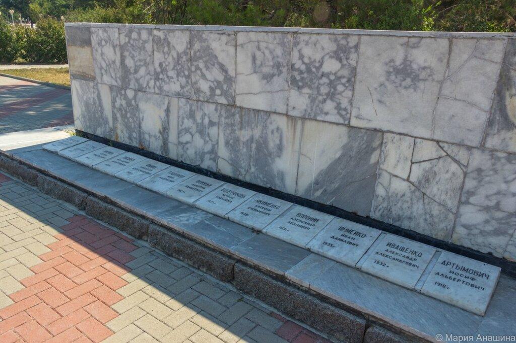 Памятник экипажу сейнера «Топорок»