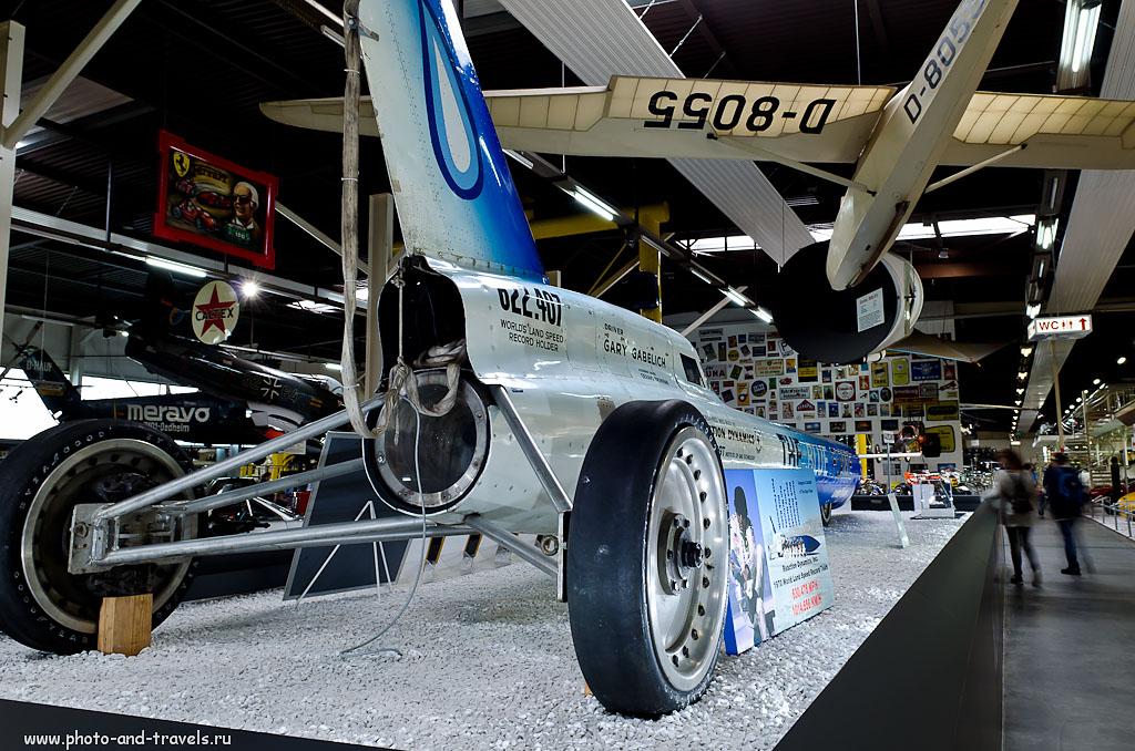 15. Американский шофер Гарри Габелич в 1970-м году установил мировой рекорд скорости наземного транспортного средства - он разогнался до средней скорости 1014,3 км/ч на ракетном автомобиле «Blue Flame» («Голубое пламя»). Заезд проходил на высохшем соляном озере Бонневилль. Сейчас ракетомобиль «Blue Flame» стоит в музее Зинсхайм.