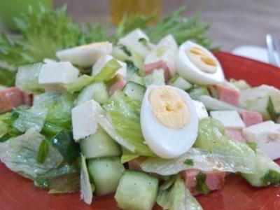 Салат с колбасой жареной