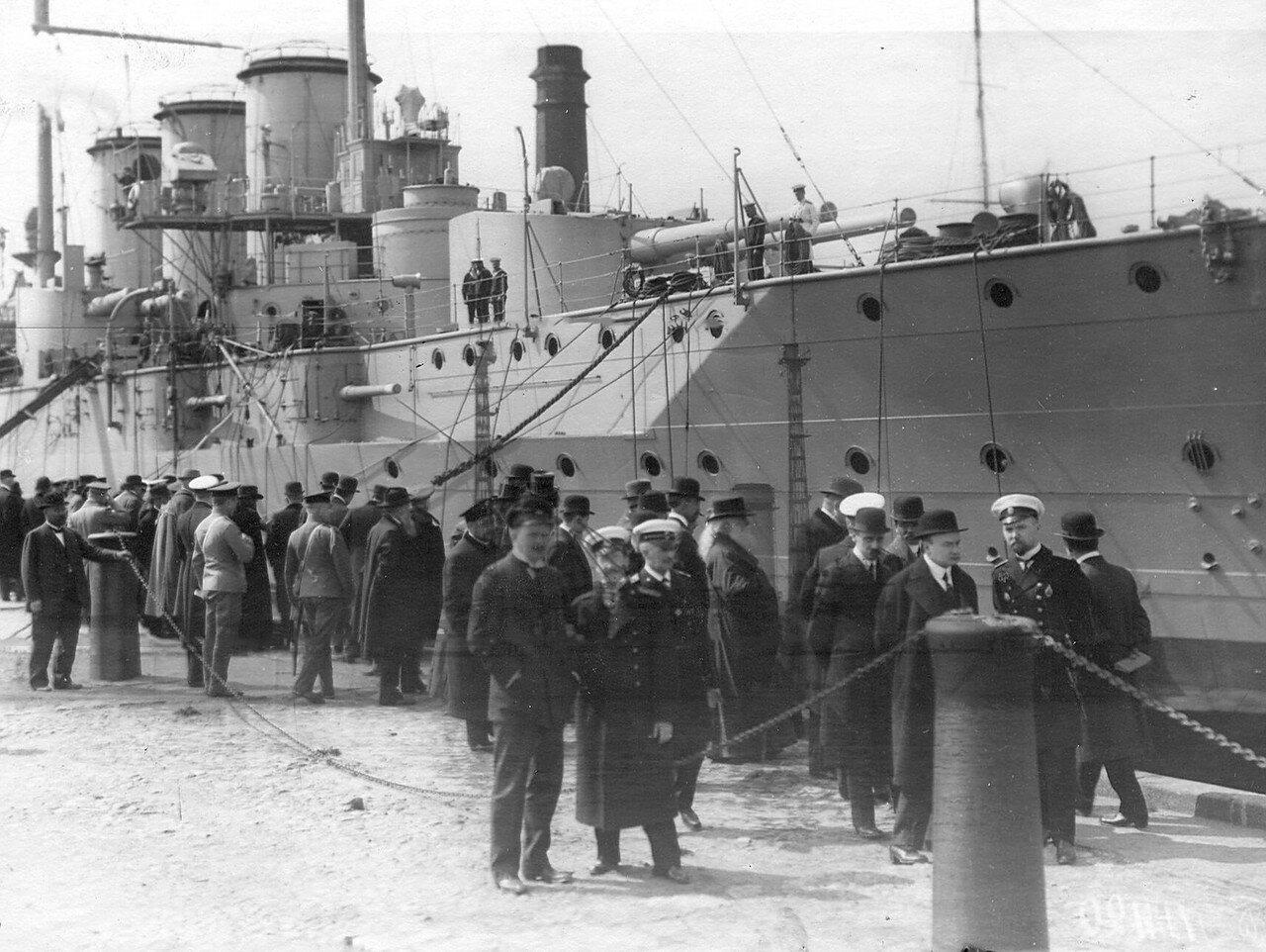 Группа депутатов Четвертой Государственной думы на причалах Кронштадтского порта. 5 мая 1913