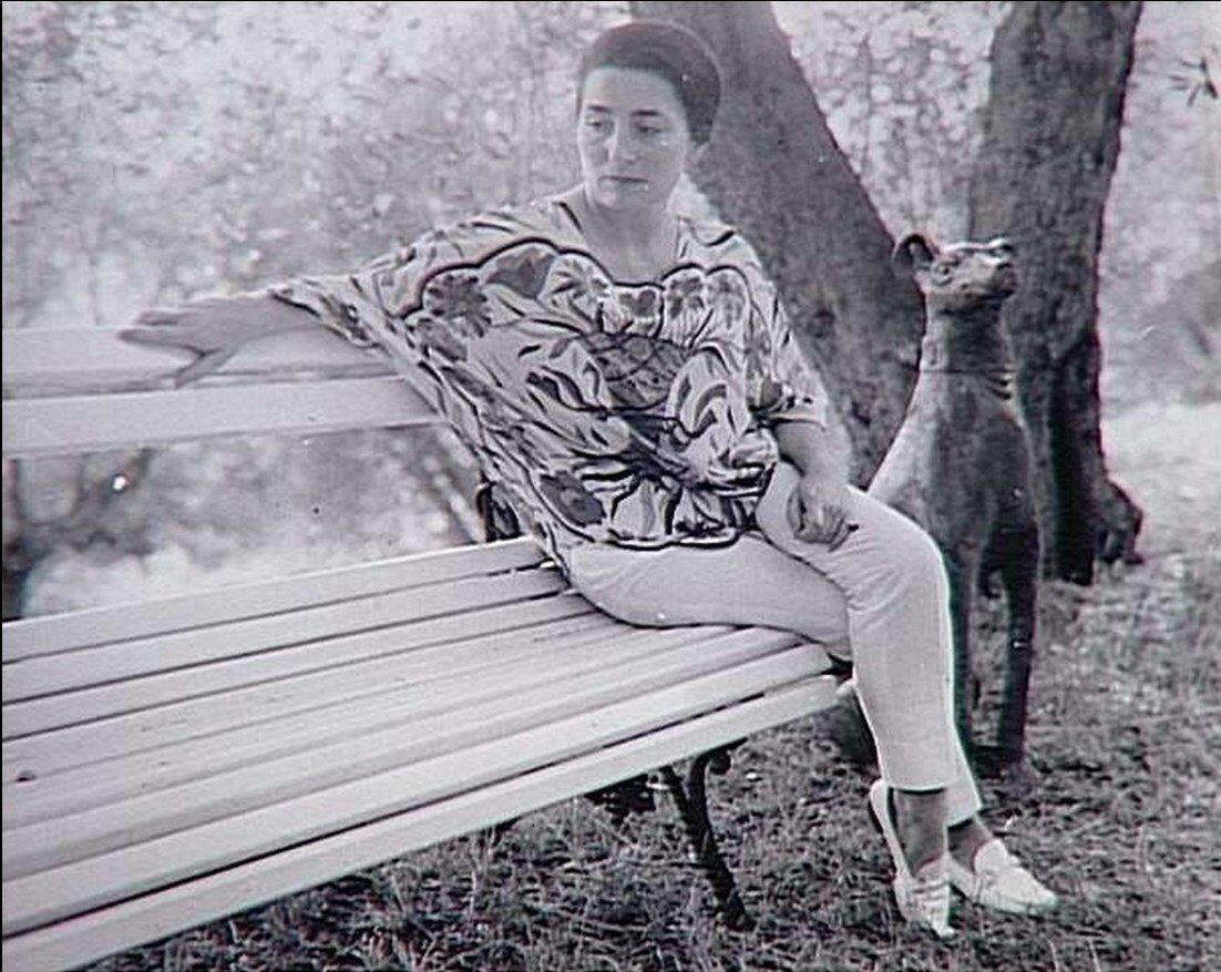 1966. Жаклин Пикассо на скамейке