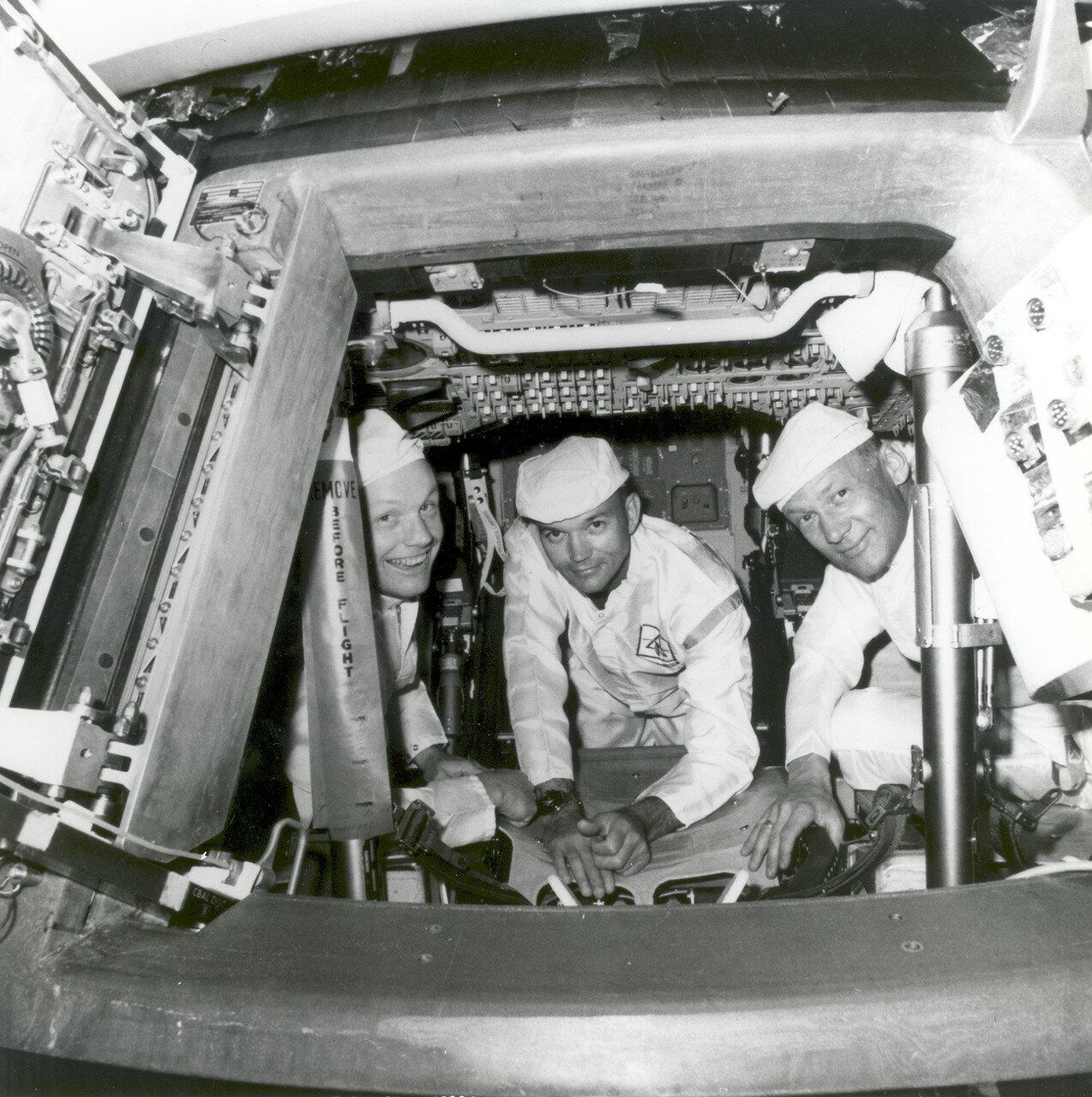 1969. До марта 1969 года Нил Армстронг, Майкл Коллинз и Эдвин Олдрин стояли третьими в очереди на тренировки на тренажёрах командного и лунного модулей. На снимке Нил Армстронг, Майкл Коллинз и Эдвин Олдрин в кабине командного модуля во время тренировки