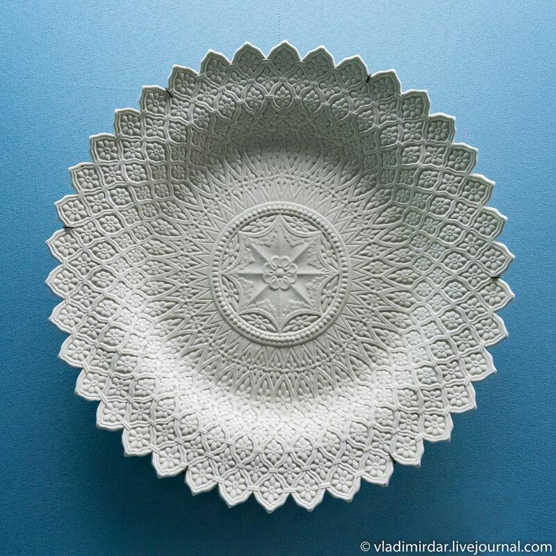 Тарелка с рельефным декором, выполненная по английским образцам. Россия.