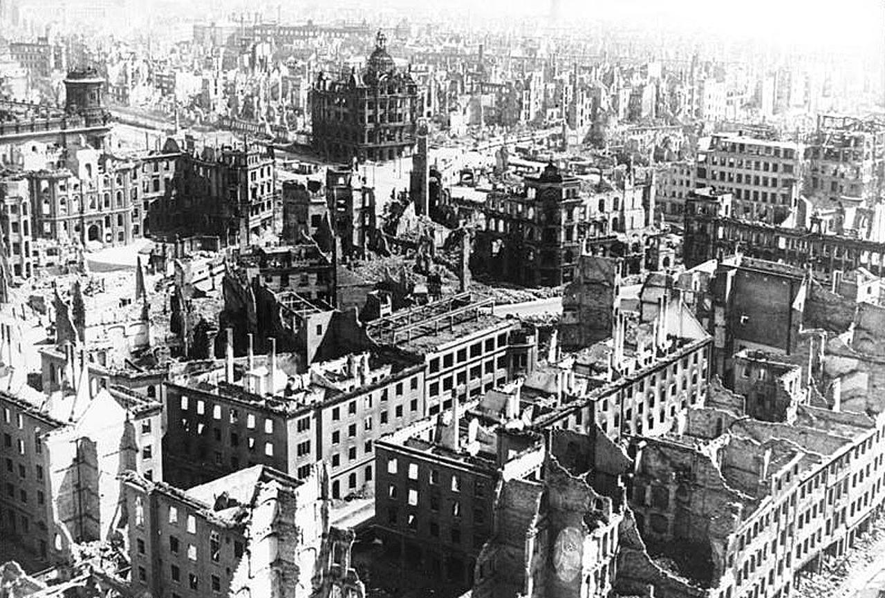 Город Дрезден (Германия) после англо-американской бомбардировки 13-15 февраля 1945 года