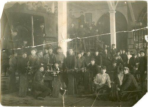 Комсомольцы - ученики ФЗУ на практике в депо Петропавловск, 1925.jpg