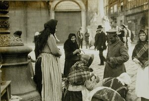 Солдат покупает молоко у одной из уличных торговок.