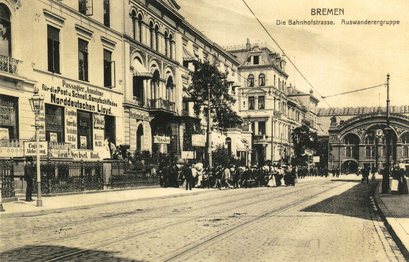 Die Bahnhofstraße. Auswanderergruppe