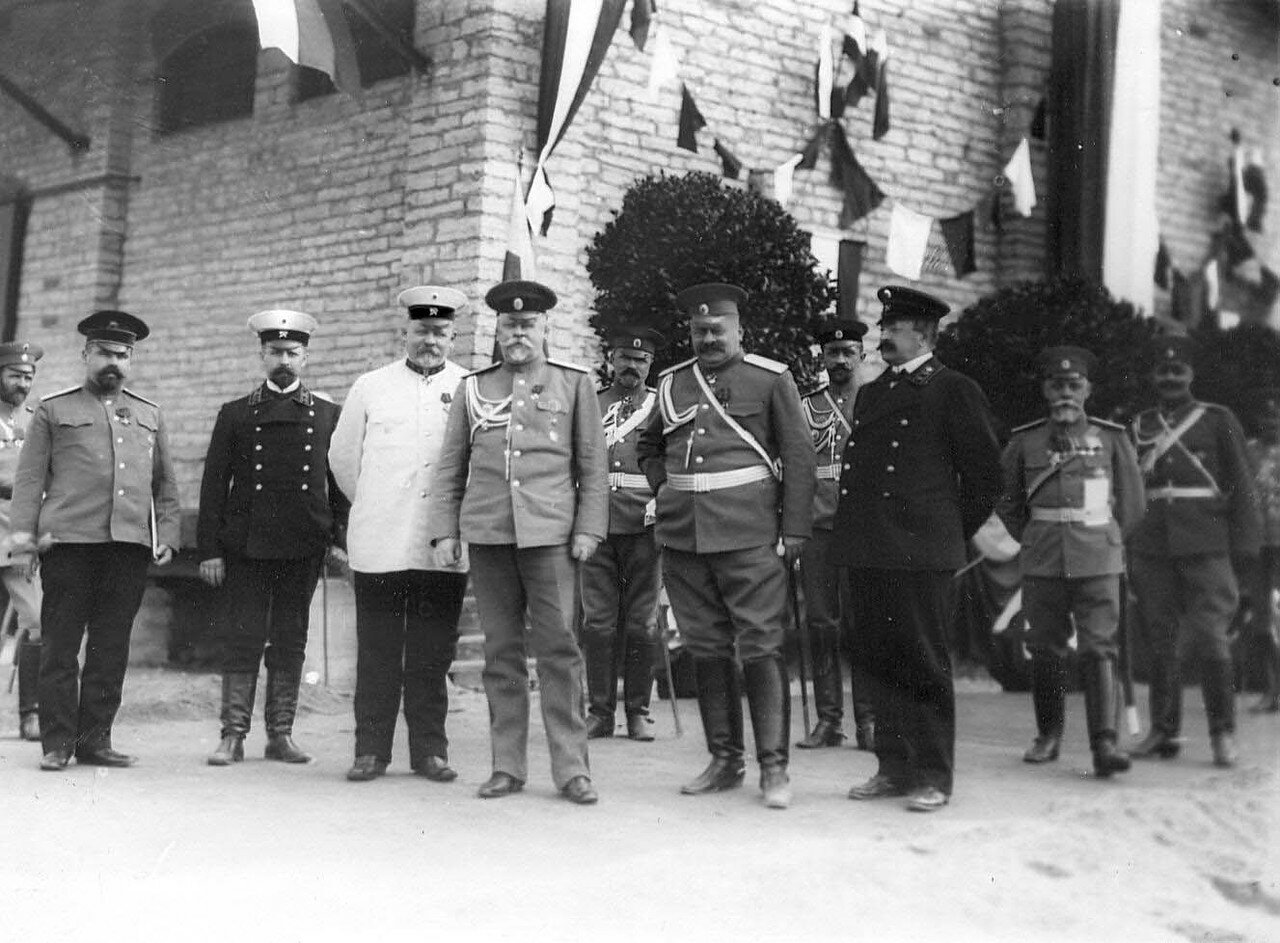 05. Группа офицеров наблюдает за маршем лейб-гвардии Атаманского его императорского высочества государя наследника цесаревича полка