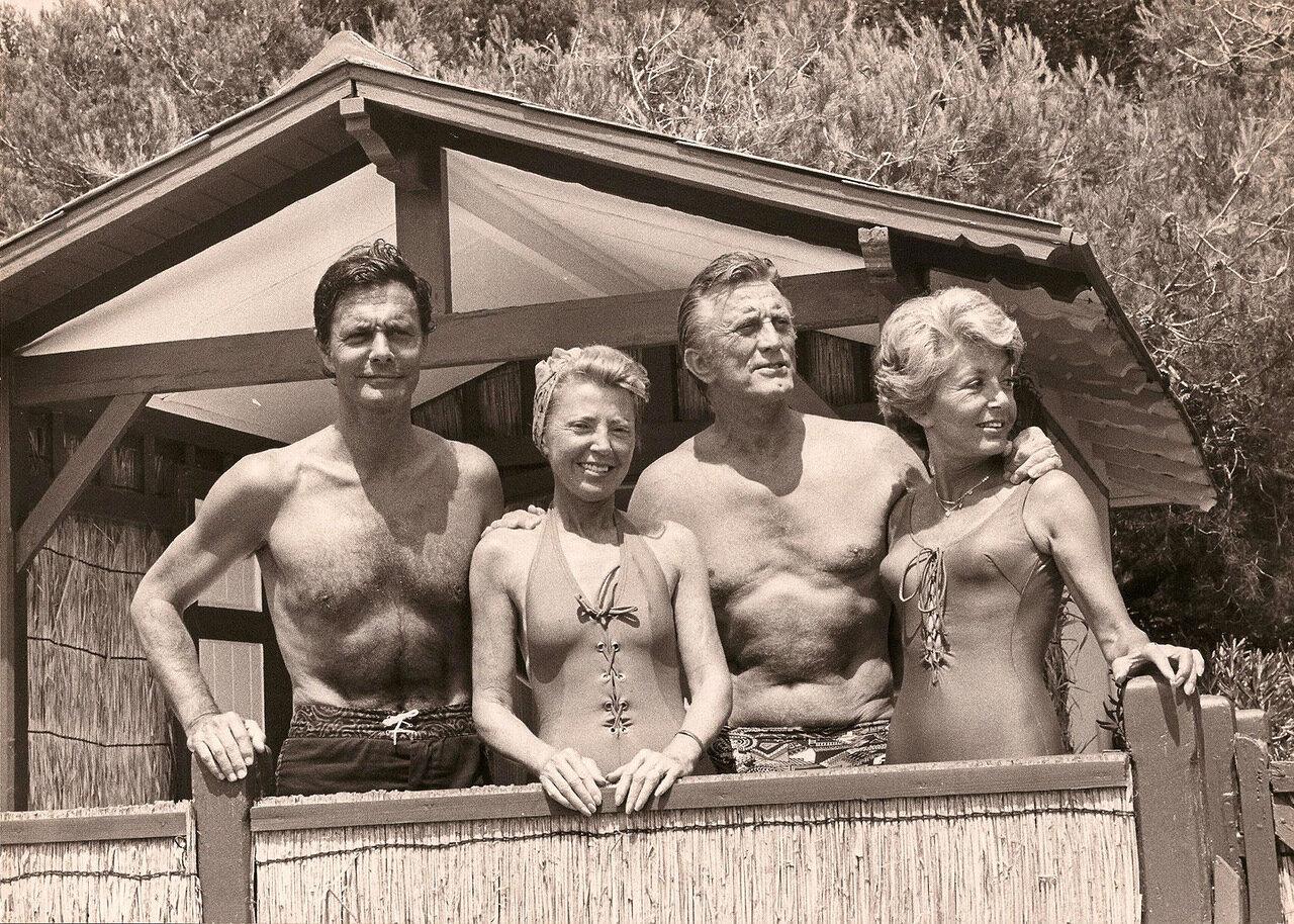 Кирк Дуглас и Луи Журден на отдыхе со своими женами