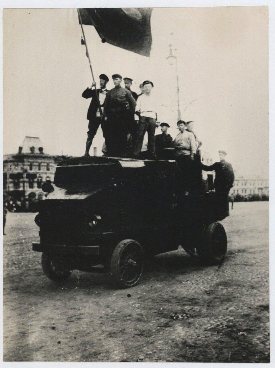 1917. Рабочие со знаменем едут на броневике по Красной площади. 15 ноября (нов. стиль)