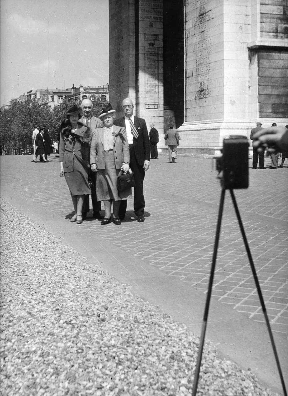 1947. Фото возле Триумфальной арки, Париж