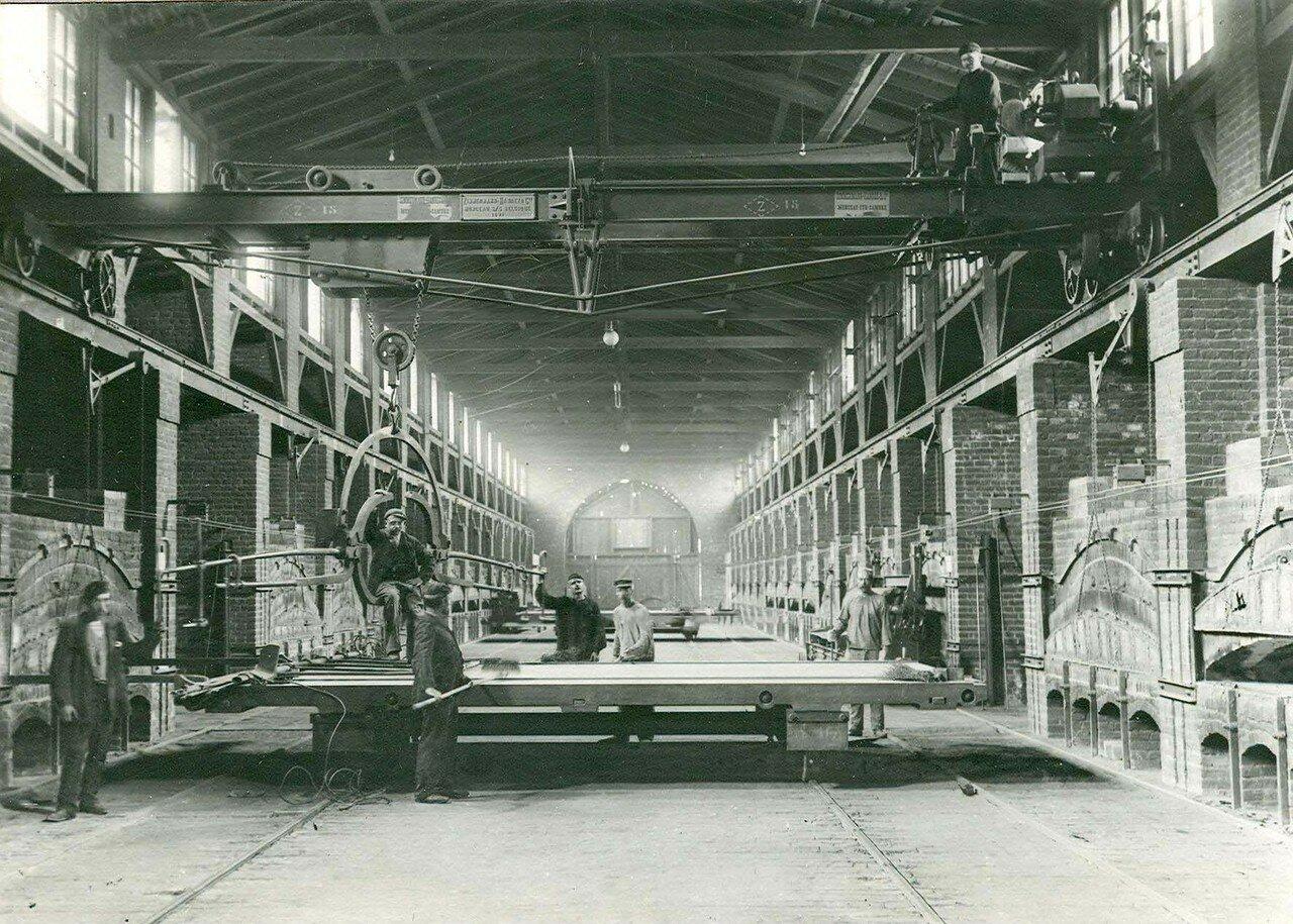 21. Вид цеха стекольного завода