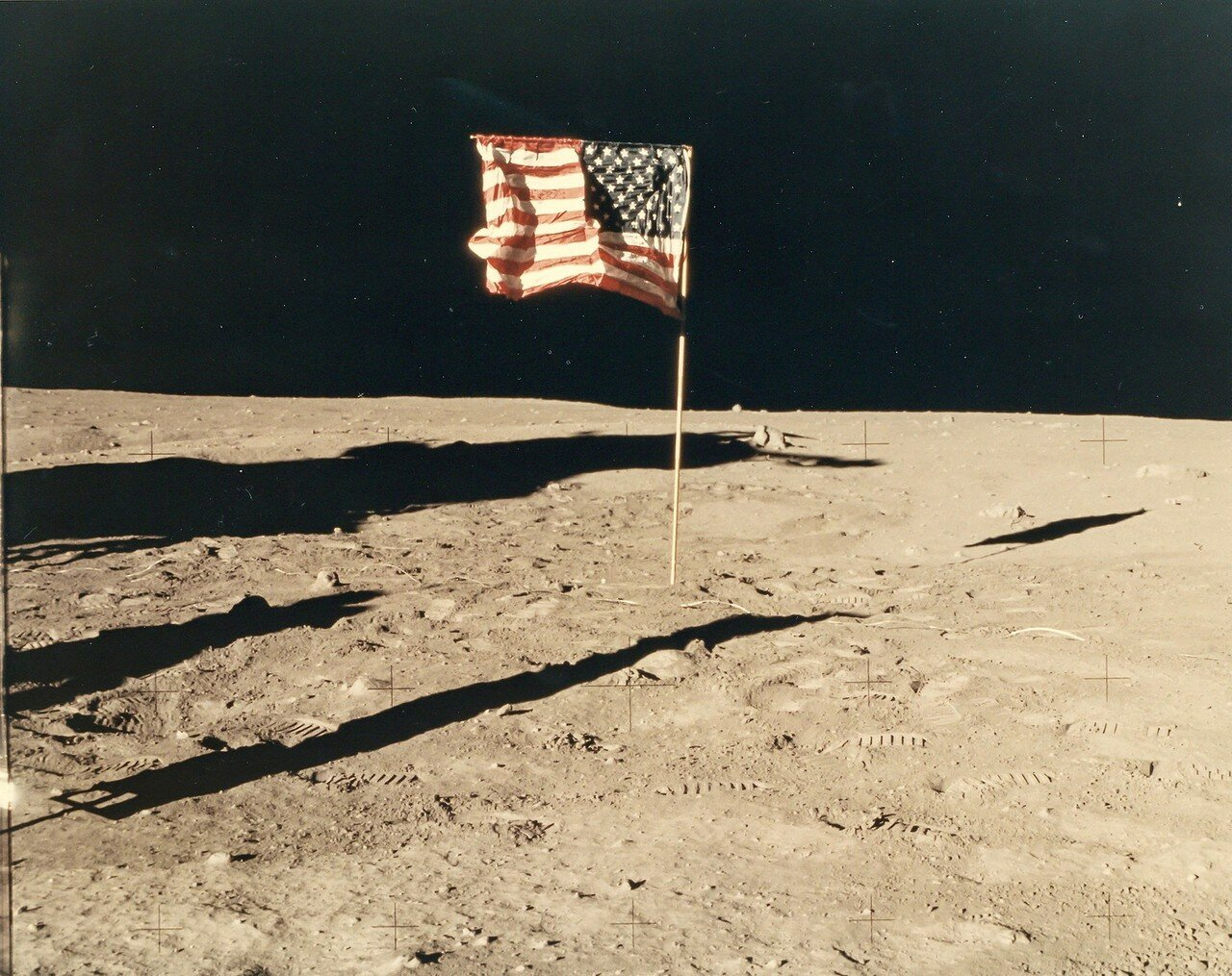 В это время «Колумбия», продолжавшая орбитальный полёт, показалась из-за края лунного диска, и оператор связи  сообщил Коллинзу о церемонии установки флага и сказал, что он, наверное, единственный человек, который не имеет возможности наблюдать церемонию