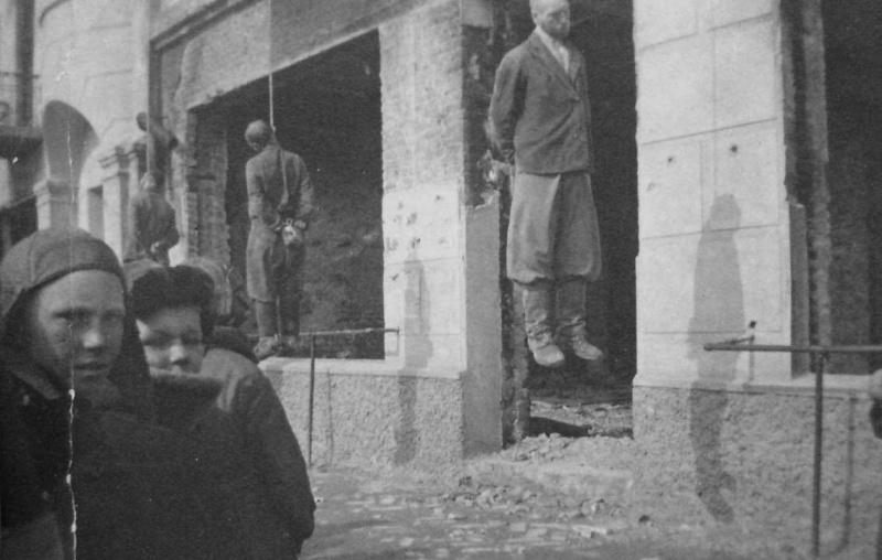 Жители Харькова у тел повешенных советских партизан
