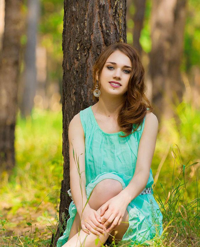 Фотосет в  лесу девчонки с пирсингом в платье