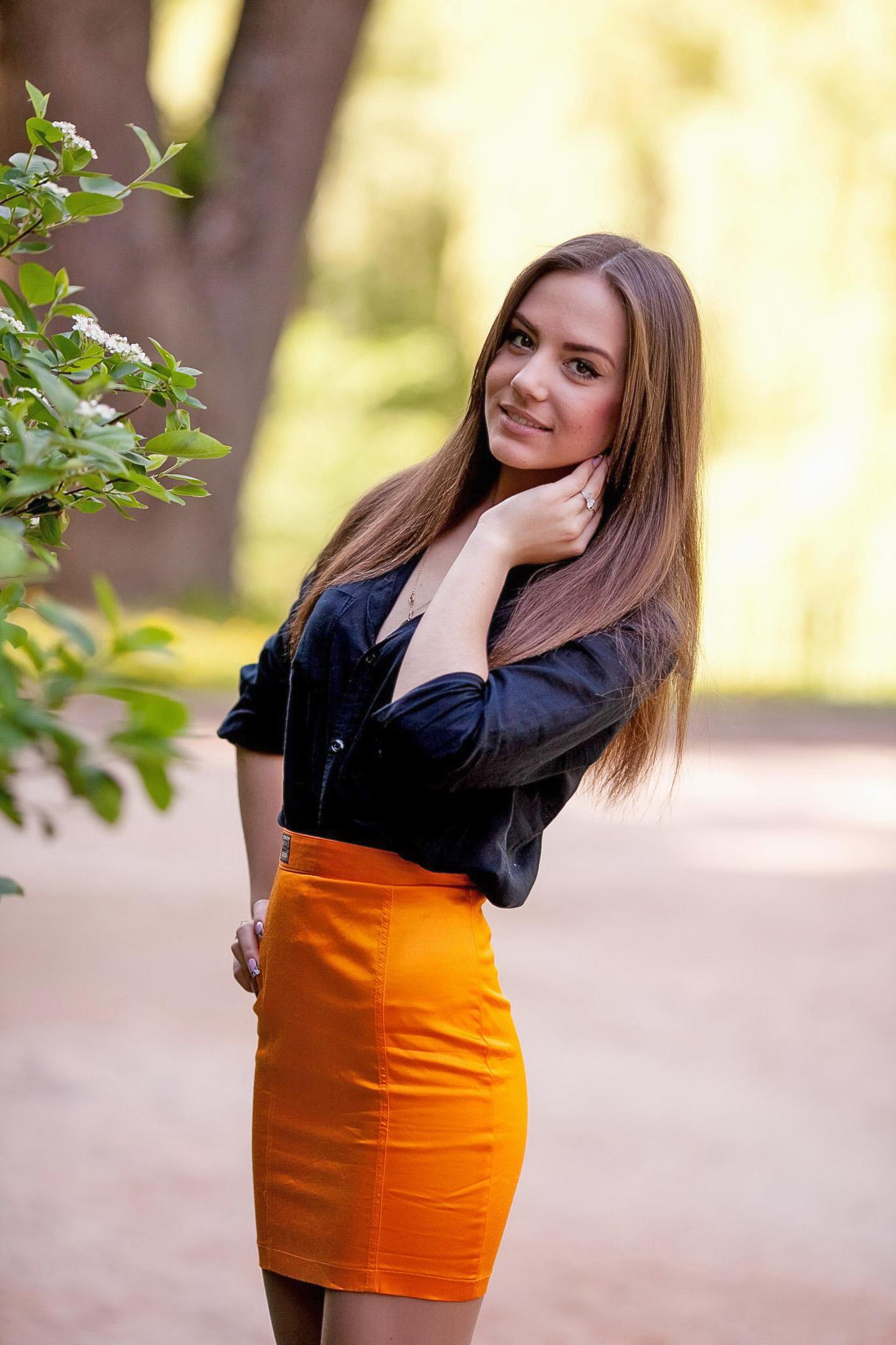 Фото девочки в желтых юбках 2 фотография