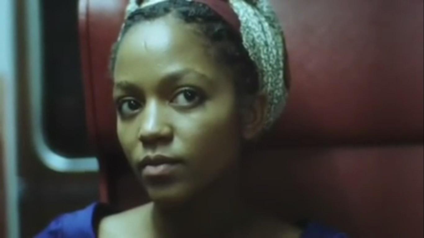 чернокожая девушка крупным планом портрет
