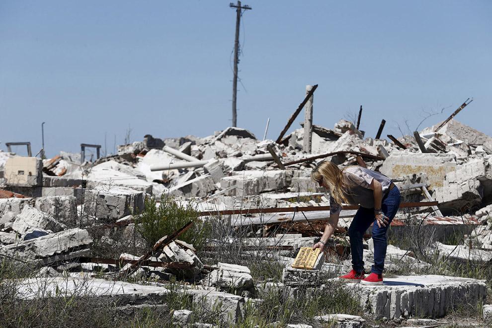 11. В некоторых частях разрушенного города стоят плакаты с фотографиями этих же мест в прошлом. (Фот