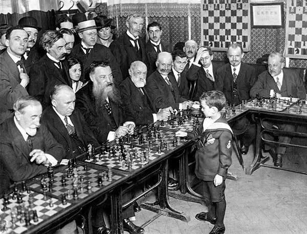 Самуэль Рашевский (будущий восьмикратный чемпион США) на сеансе одновременной игры в возрасте 8 лет. Франция, 1920 г..jpg