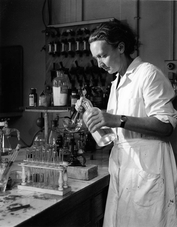 1942. Ирен Жолио-Кюри в Институте радия