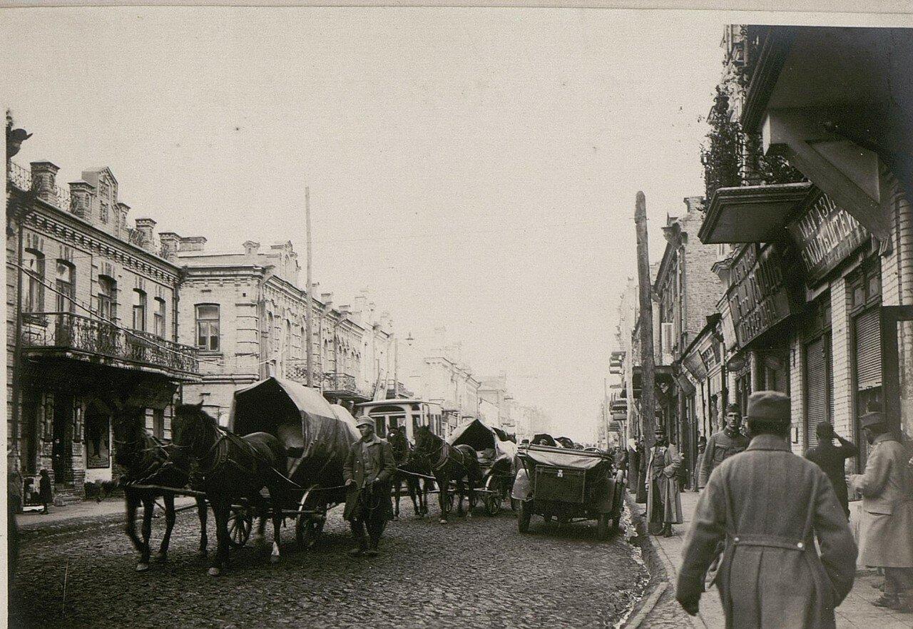 Австро-венгерская колонна проходит по главной улице города